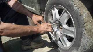 getlinkyoutube.com-Schimbarea placutelor de frana la Dacia Logan