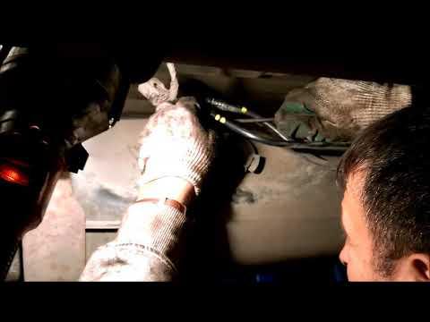 Расположение бачка омывателя заднего стекла у Dodge Неон