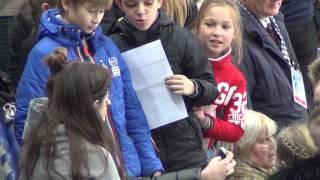 getlinkyoutube.com-Evgenia MEDVEDEVA. Rostelecom Cup 2016. Евгения Медведева, автографы и мандарин.