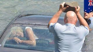 getlinkyoutube.com-Nowa Zelandia: policjanci wybijają szybę kamieniem i ratują kobietę z tonącego samochodu
