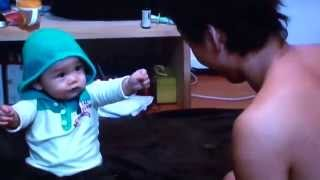 赤ちゃん!お菓子をとられて床を叩いて怒る!!FUNNY KIDS VIDEOS