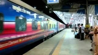 getlinkyoutube.com-Sampoorn Kranti Express crossing Howrah Rajdhani at Allahabad