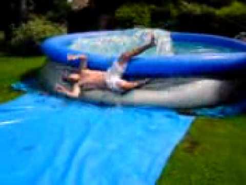 Неудачно нырнул в бассейн