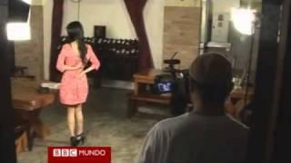 getlinkyoutube.com-Una chef desnuda en televisión para animar a los hombres a cocinar