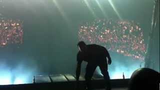 Kanye West plonge dans la foule lors de son concert à Birmingham