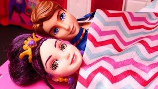 getlinkyoutube.com-Descendants Wicked World Mal & Ben Have Camping Van Trouble. Ft Frozen Elsa, Anna & Kristoff, Barbie