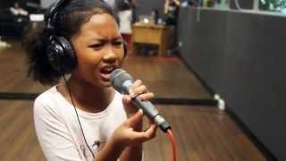 getlinkyoutube.com-10 year old girl sings Listen!!!