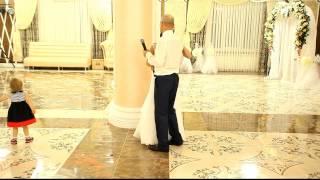 getlinkyoutube.com-Mireasa Catalina cinta alaturi de taticul ei la nunta...