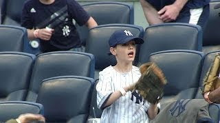 getlinkyoutube.com-A young fan makes a great catch on foul ball