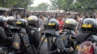 getlinkyoutube.com-Sadis..!! Aksi Brutal Polisi Vs Warga Di Bima, NTT. Live
