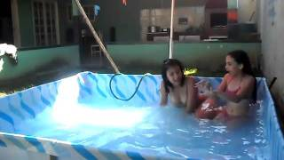 getlinkyoutube.com-marcelle e duda na piscina