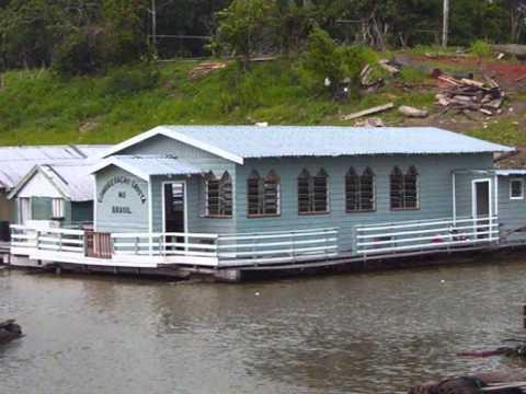 Congregação Cristã no Brasil flutuante sobre o rio Negro Amazonas.