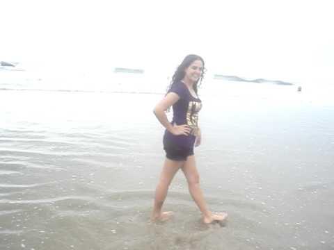 Menina na beira do mar vira sereia .