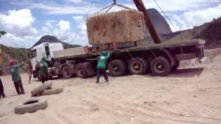 getlinkyoutube.com-como colocar uma pedra de 40 toneladas em cima de uma carreta