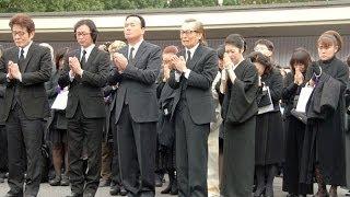 getlinkyoutube.com-島倉さん葬儀に3000人 石川さゆり、山田邦子ら涙のお別れ