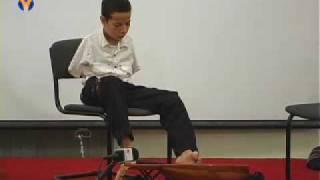 getlinkyoutube.com-الطفل المعجزة يعزف على العود بقدميه