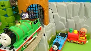 getlinkyoutube.com-機関車トーマスとアンパンマンとバイキンマンが失われた王冠のレールセットを走ってるよぉ~♪Anpanman♪ゆうぴょん♪♪694