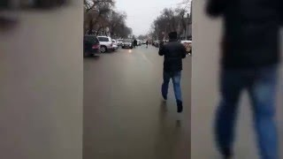 getlinkyoutube.com-В Бишкеке сотрудника ДПС протащили на капоте автомобиля