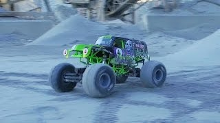 getlinkyoutube.com-GRAVE DIGGER MONSTER JAM  FREESTYLE! - Axial SMT10 crushing it!