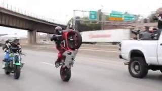 getlinkyoutube.com-Caravana de motos haciendo trucos.