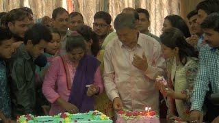 देहरादून: निवर्तमान सीएम हरीश रावत ने पहली बार केक काट  मनाया अपना 69 वां जन्मदिन