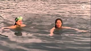 """getlinkyoutube.com-Michaela May schwimmt in weißer Bluse im Film """"Unterwegs mit Elsa"""""""