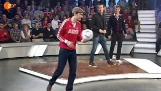 getlinkyoutube.com-Irrer Bandentrick beim Torwandschießen mit Toni Kroos