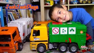 getlinkyoutube.com-Bruder MB Garbage Truck Surprise Toy UNBOXING: Playing Recycling with Paper + Dinosaurs