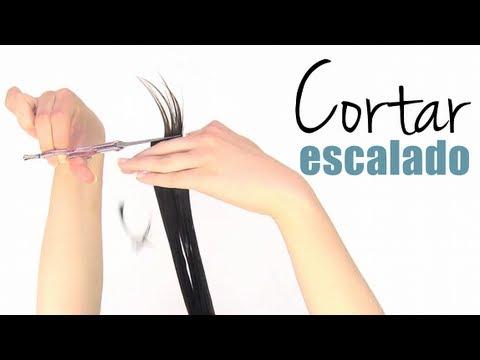 Cómo cortar el cabello escalado a capas