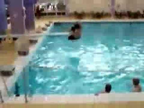 Пытался прыгнуть воду, но поскользнулся
