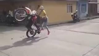 getlinkyoutube.com-Así es como se conduce una moto... Mujer Conduciendo Moto