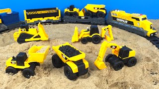 getlinkyoutube.com-CAT Construction Toy Mighty Machines Build a Train Track - Dump Truck Bulldozer Camion de volteo