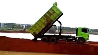 getlinkyoutube.com-Dump Trucks Hino FM260Ti Unloading Dirt