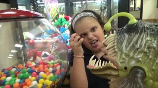 getlinkyoutube.com-Sharks & Dinosaurs vs Candy Gumball Machine & Crane & Claw Game