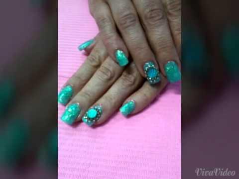 Uñas acrílicas verde con piedras