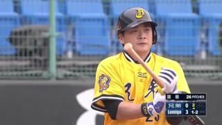 20160417 彭政閔 被羅曼觸身球 拎著棒子 微笑上一壘