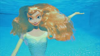 getlinkyoutube.com-Frozen Elsa Saves Barbie as She Gets Trapped in Pool! With Descendants Mal & Evie and Frozen Anna