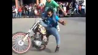 dominicano haciendo piruetas en motor el mejor motociclista