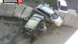 getlinkyoutube.com-Mujer destroza auto del marido por ataque de celos