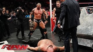 getlinkyoutube.com-Big Show vs. The Shield & Randy Orton - 4-on-1 Handicap Match: Raw, Nov. 4, 2013