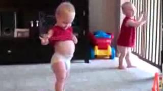getlinkyoutube.com-Video Lucu - Dua Bayi Kembar Menari