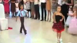 getlinkyoutube.com-اشد رقص اطفال بجدعلى اغنية هاتى بوسه يابت ..
