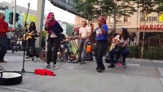 getlinkyoutube.com-berjoget bersama Zila seiras seirama feat kodoxs busker cover-joget siapa dia
