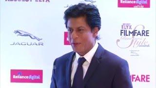 getlinkyoutube.com-Shahrukh Khan At Filmfare Awards 2016 Red Carpet