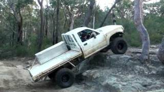 Solid Axle Toyota Hilux Single Cab - Flexing up on rocks