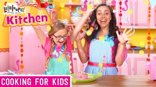 getlinkyoutube.com-Lalaloopsy Kitchen: Super Silly Party Cake Recipe l Episode 2 | Lalaloopsy