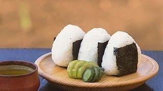 getlinkyoutube.com-Easy steps to shape Onigiri into triangle 海外向けのおにぎり動画