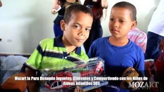 getlinkyoutube.com-Mozart La Para repartiendo juguetes y comida a los ninos de los Aldeas Infantiles SOS
