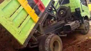 dam truk terguling