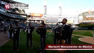 Mariachi Monumental de Mexico interpreta el himno de Estados Unidos en la Noche de Orgullo Sox